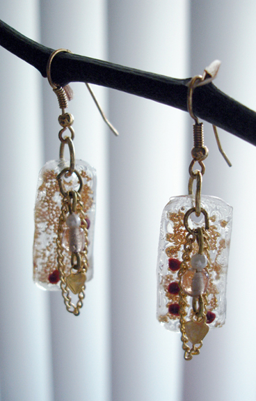 Gold chain and resin earrings 2